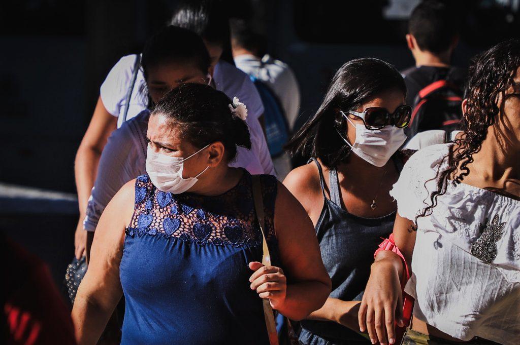 Pessoas usam máscaras para se proteger do novo coronavírus no terminal do Papicu em Fortaleza