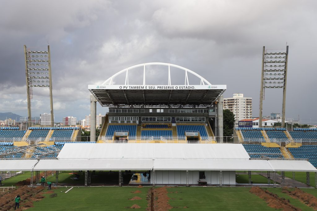 Construção de hospital para atender pacientes com novo coronavírus no Estádio Presidente Vargas