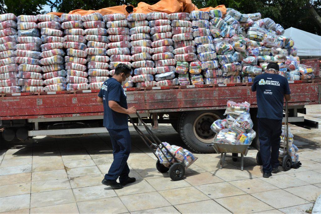Entrega de cestas básicas da campanha Supera Fortaleza