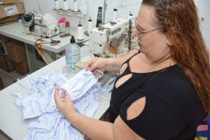 Josiane - Costureira que tá fabricando máscara de proteção em tecido
