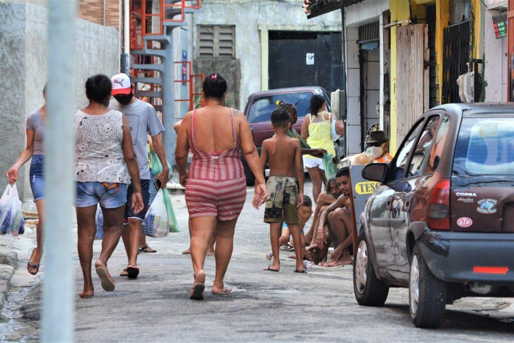 Movimantação de pessoas e comércio na periferia