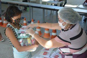 Entrega de cestas básicas e máscaras pela prefeitura de Fortaleza aos alunos das escolas municipais