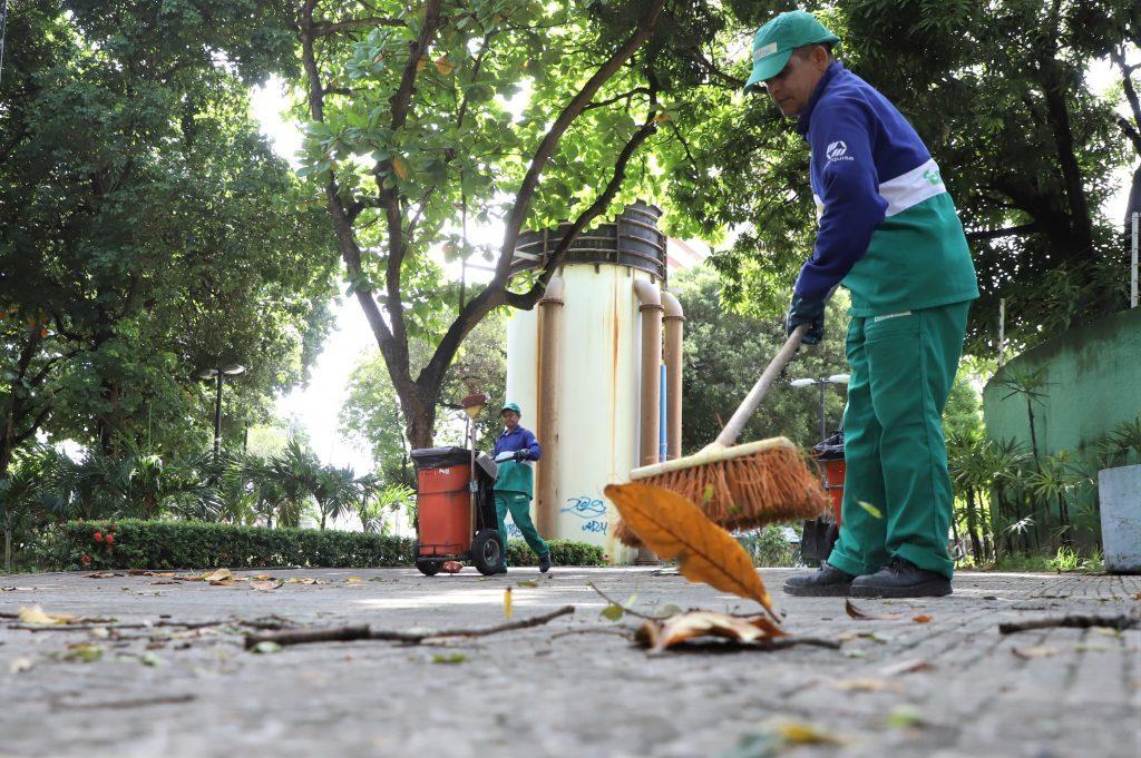 Limpeza nos espaços públicos segue durante a quarentena em Fortaleza
