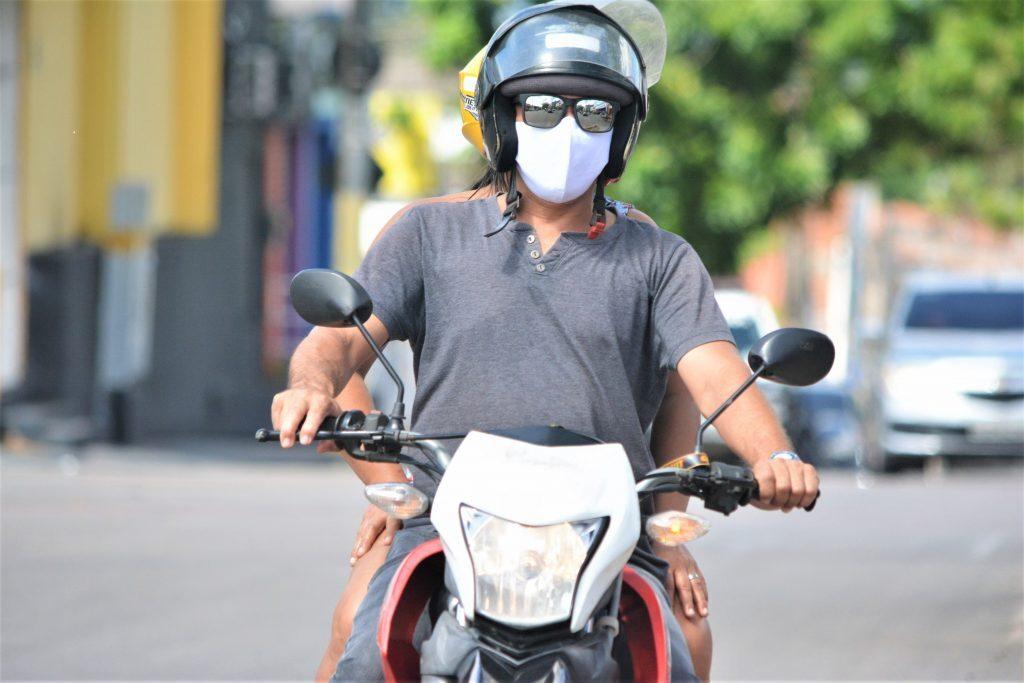 Pessoas no trânsito usando máscara