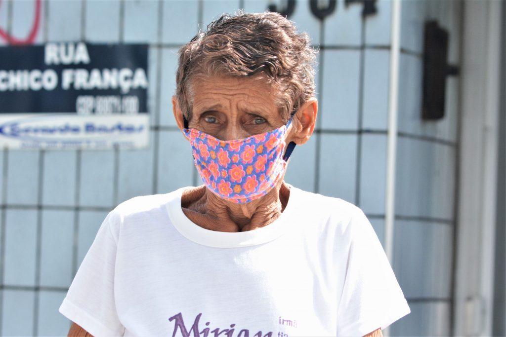 Pessoas usando máscara durante isolamento social