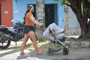 Mãe com criança na rua durante isolamento social