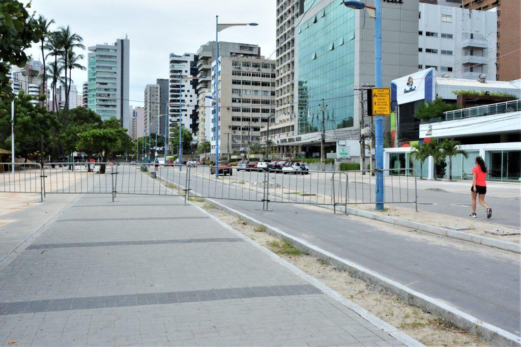Bloqueio para evitar tráfego de pedestre na avenida beira mar de Fortaleza