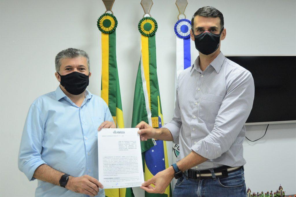 Presidente da CMFor Antônio Henrique recebe presidente do sindiônibus Dimas Barreira Data: 09.07.2021 Foto: Érika Fonseca